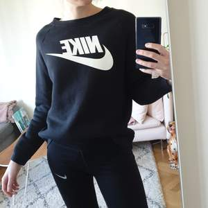 Mjuk och skön tjocktröja från Nike 💞 sparsamt använd, säljer pga lite kort i ärmarna på mig (är 176).