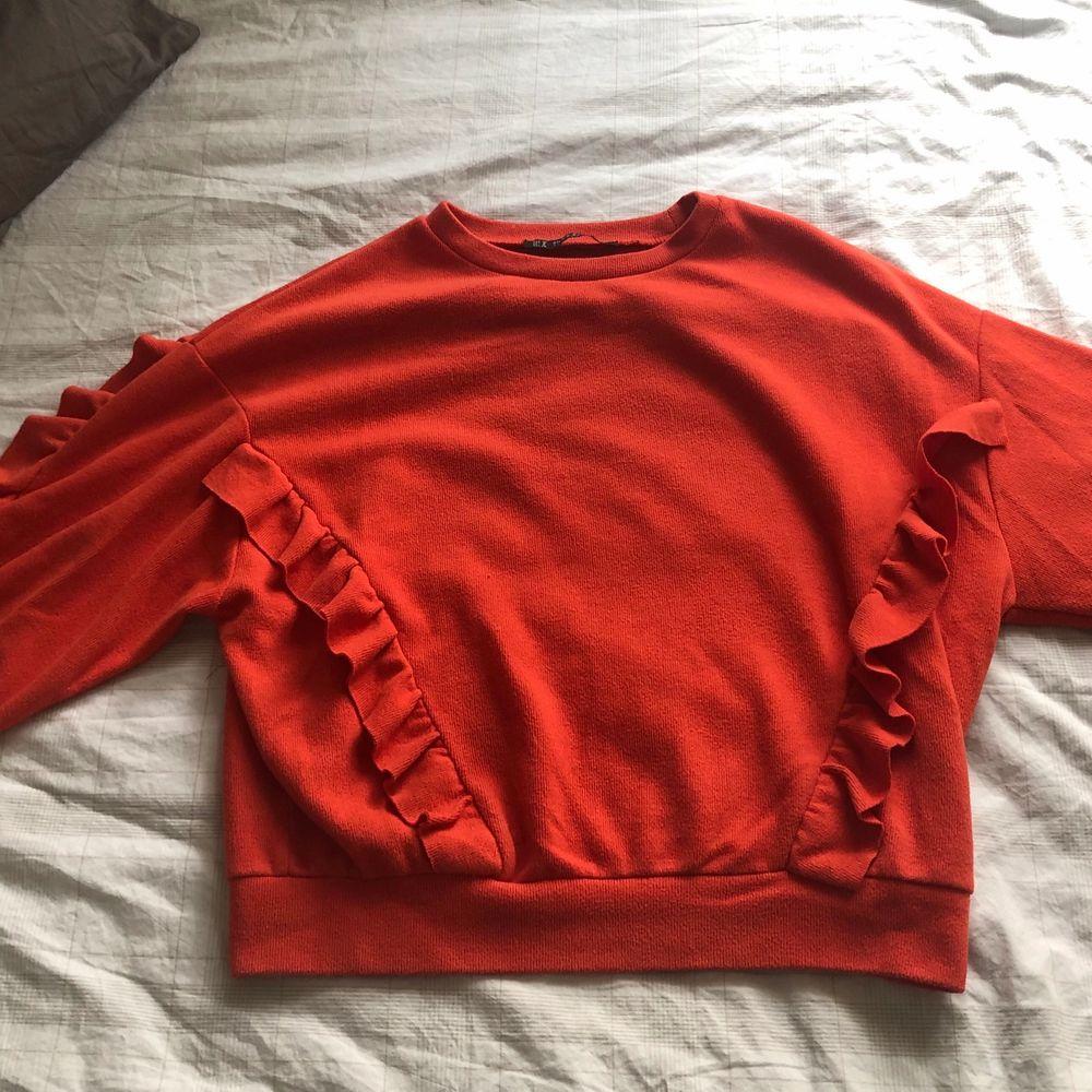 En röd tröja med volangdetalj, i fint skick! Köparen står för frakt📦 . Tröjor & Koftor.
