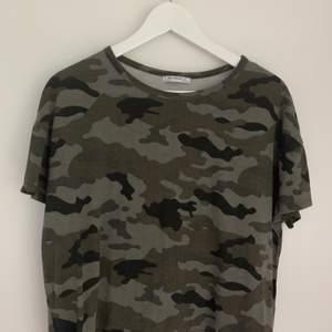 En tröja med camouflagemönster från Zara i storlek S. Endast använd en gång, mycket bra skick. 50kr + frakt 😄