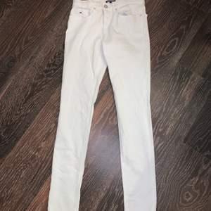 Ett par vita jeans som är lågmidjade och aldrig använda. Jag glömde bort att jag hade dom och nu har dom blivit för små tyvärr, men dom är i helt perfekt, nytt skick och helt vita.