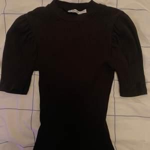 Tröja med lite puffiga armar från NAKD, storlek XS men passar S/M också, köparen står för frakt