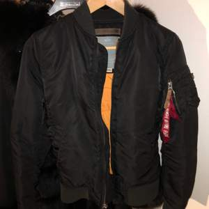 Säljer nu min alpha bomber jacka i xs den är svart och i bra skick, Den är perfekt nu till hösten!, skriv för frågor eller fler bilder<3