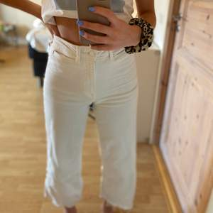 Utsvängda vita byxor från hm. Jättefina men för korta i benen för mig, strl 36. Mycket använda men fortfarande i fint skick!! Köparen står för frakten!!