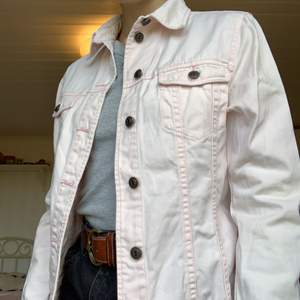 Ljusrosa jeansjacka från H&M i storlek 38. Otroligt fin!💞💖
