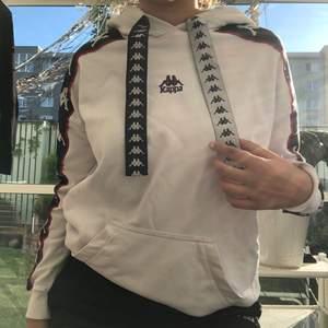 LIMITED edition hoodie från kappa, i nyskick. Köpt i Berlin. Den är oversized, får plats i storlek S-M.