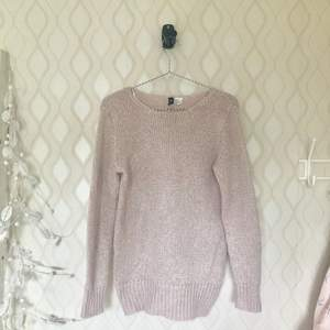 💓Skimrande ljusrosa stickad tröja i strlk 34 som passar perfekt till hösten när det börjar bli lite svalare.  Köpt för ca 2 månader sedan nypris 249, NYSKICK :)   Betalning via Swish, vid ev frakt står köparen för denna :) 💓