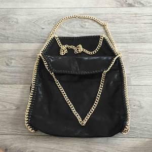 """Stor svart väska liknande """"stella mccartney"""" guldiga kedjor. Aldrig använd."""