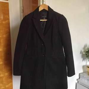 🍁 Fin, något figursydd, kappa i ullblandning, säljer endast pga att den är för liten för mig. Vid frakt tillkommer 79kr 🍁