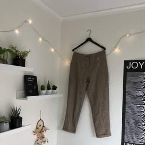 """petite checked tapered trouser från boohoo! oanvända. säljer pga att jag är för lång, dessa passar verkligen """"petite"""" fit, längd 160 cm och under. i perfekt skick :)"""
