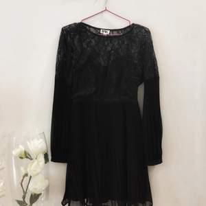 """Fin svart klänning med otroligt fina detaljer från märket """"Make Way""""✨"""