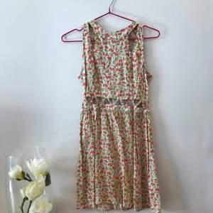 Fin blommig klänning med många detaljer🌸✨  bra skick!✨