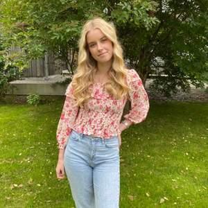 Superfina mom jeans från Gina Tricot. Modellen heter Dagny. Använda men fint skick! 🤩