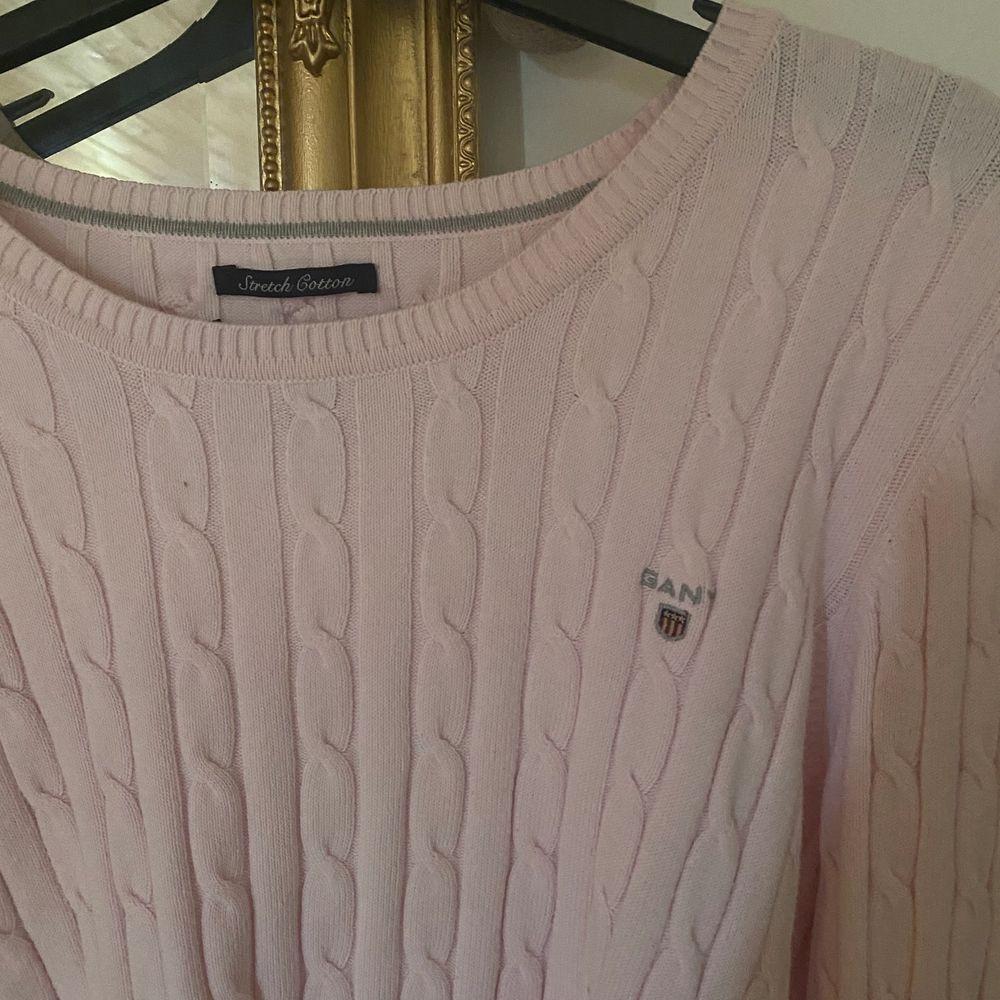 Ribbad stickad tröja i väldigt bra skick . Tröjor & Koftor.