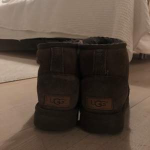 Bruna äkta UGGS, storlek 37. Säljer pga för små. Lite märken där fram (se bild 3) men det är en vanlig defekt som finns på nästan alla uggs som är använda vid snö. Annars i fint skick.