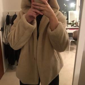 En super mysig beige fluffig jacka. Den är knappt använd då den är för kort för mig i armarna, så skicket är toppen. Den köptes för 500-600 kr💕