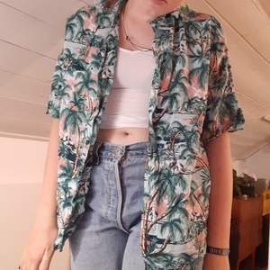 asball hawaiiskjorta som kan bäras på flera olika sätt som man ser på bilderna. bra skick förutom ett litet hål, skriv om du vill ha en bild på det. passar typ alla storlekar beroende på hur du vill att den ska sitta. pris kan diskuteras❤bara att skriva