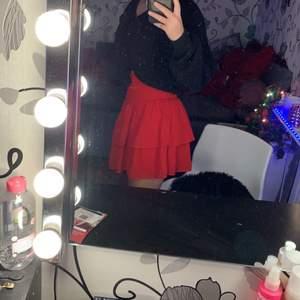 Super söt röd kjol använd 1 gång säljer den för att jag inte har något att ha på mig till kjolen så jag har ingen användning för den