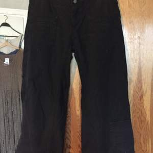 lågmidjade svarta byxor med fickor på benen. jag är 170 och de är lite för korta på mig ❤️