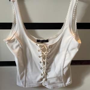 Snyggt linne med snörning där fram, man kan själv välja hur hård knytningen ska vara. Pris + 42kr frakt, hör av er vid frågor! 🦋