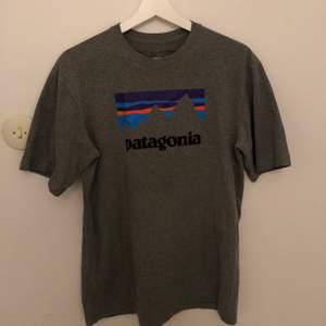 Grå patagonia t-shirt i storlek xs (herrstorlek, rätt stor i storleken) Nästan helt oanvänd, säljer för 220 då frakt ingår  🥰