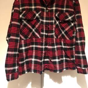 Cool overshirt i flanell från zara, mycket bra skick. I storlek S. Säljer för 150kr.