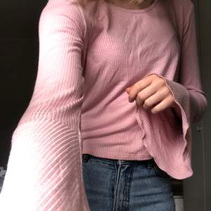 Babyrosa tröja med volangärmar i ganska tunt och väldigt stretchigt material. Det står att storleken är 158-164 men den passar bra på mig som har S!💖