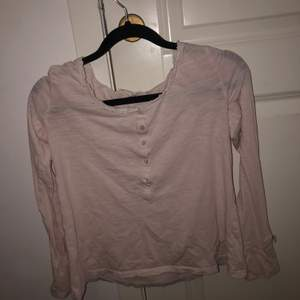 En tunn ODD MOLLY tröja med knappar. Jag tycker själv den är väldigt fin och söt🤩 Säljer den pågrund av att jag inte andvönder den. Den är i bra skick😍 Säljer den för 100 och köparen står för frakten