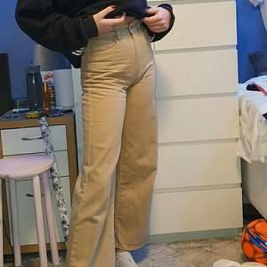 Ett par beigea jeans från Gina Tricot, orginalpris för 499kr. Inte särskilt använda. Ser ut såhär på en person som är 173 cm lång. Frakten får man själv stå för så det kostar mer beroende på frakt. Du betalar via swish. Skriv till mig eller i kommentarerna om ni är intresserade
