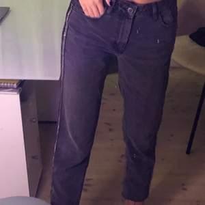 Säljer dessa svarta zara jeans som har en cool detalj på sidorna. Knappt använda då de är lite korta på mig som är 178cm lång men de sitter sjukt bra vid låren och röven💘💕