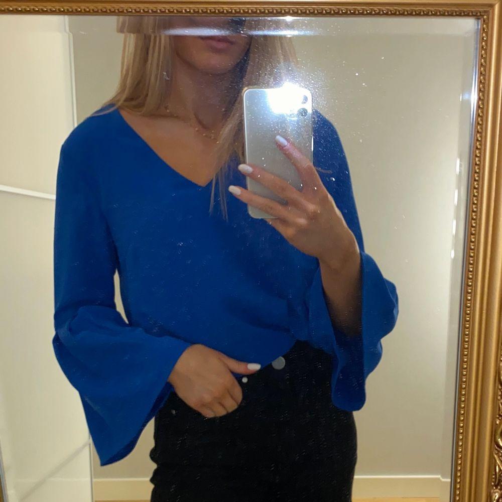 Säljer denna fina blåa blus men volang nedtill på armen från H&M i storlek 34. Använd MAX 2 gånger. Säljer för 80kr + frakt.💙💙. Blusar.