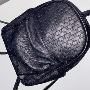 En supergullig ryggsäck som har mycket plats även fast den är ganska liten i storlek, om flera är intresserade blir det budgivning i kommentarerna!
