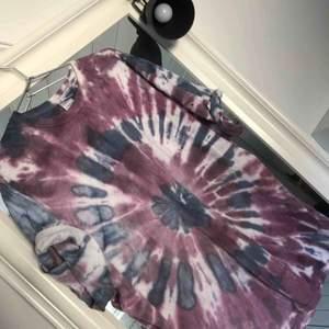 Vintage batikmönstrad T-shirt som är öppen på sidorna. Strl 2XL, men är mer som en vanlig XL, oversized men passar absolut mindre storlekar ändå