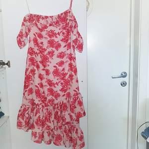 Superfin klänning från NA-KD. Aldrig använd pga. För liten för mig som brukar ha S/M. Från Andrea Hedenstedts kollektion. Frakt tillkommer på 55kr ❤