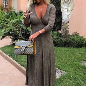 Jättefin klänning från Zara märkt storlek M men passar även S. Använd en gång