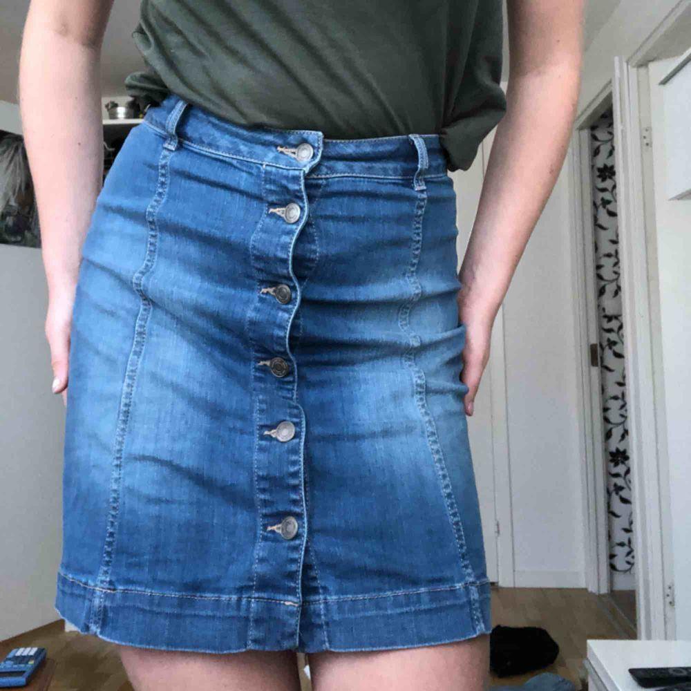 """Super fin kjol i XS men skulle snarare säga S. Det ä stretchig och ganska rak. Du kan ta ut stegen när du går i den. Den har inga fickor. Den är lite längre i modellen så man behöver aldrig va rädd för att visa """"för mycket""""   . Kjolar."""