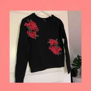 Fin svart tröja med rosor på  || storlek S passar XS också || säljer för 80kr + frakt🌹