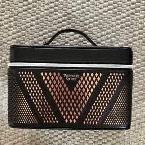 Victoria's Secret sminkväska, nyskick, aldrig använd. Höjd:15,5 cm.   Bredd:16cm.   Längd:24cm.   Nypris: 499kr. Kvitto finns! Frakt tillkommer.