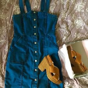 Snygg klänning i stretchigt denim/jeans från h&m i strl 40 / M. (Skorna finns i separat annons.) skickar billigt eller spårbart.