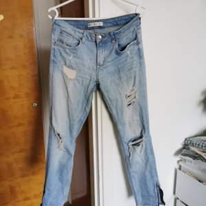 Snygga jeans som är svåra att få bra på bild. Stretch, hål i knäna, snygga dragkedjor nedtill. Låga i midjan.