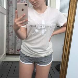 Jättefin gräddvit t-shirt från Calvin Klein. Knappt använd. Finns dock ett litet hål i nacken. Nypris: 500kr. Frakt tillkommer!