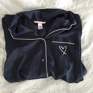Superfin pyjamasskjorta ifrån Victoria's secret, nästan aldrig använd, frakt tillkommer💙