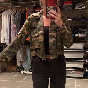 Croppad camouflage jacka. Sparsamt använd❤️