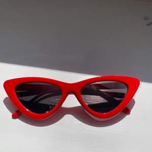 Ett par coola röda cateye brillor med spegelglas. Säljer pga de inte kommer till användning :(  Inga repor i glaset. Säljer för 40 kr eller buda!! Frakt betalas av köparen ❤️