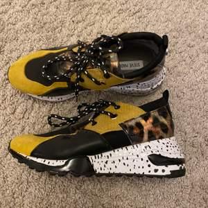 Riktigt snygga och moderna sneakers från steve madden! De är i superfint skick då de är hyfsat oanvända💞