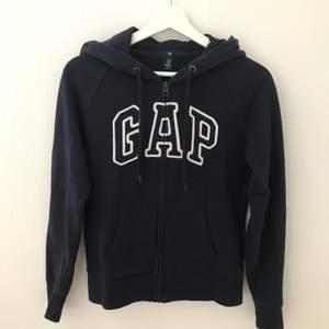 Mörkblå hoodie/luvtröja från Gap. Använd ett flertal gånger, men är i mycket gott skick. Säljer pga att den blivit för liten och inte längre används.    Storlek:  XS   Pris:  80kr + frakt