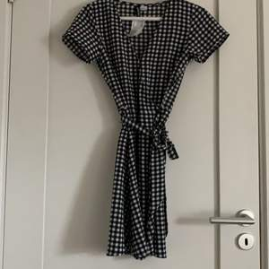 En cool rutig klänning ifrån hm, aldrig använd och därmed är prislappen kvar. Den är i strl. 34 och kostar 80kr!