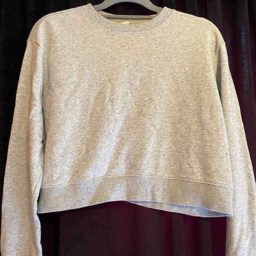 Jätte mysig kroppad sweatshirt, kommer dock inte till användning längre. Jätte fina skick. . Tröjor & Koftor.