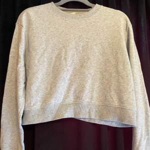 Jätte mysig kroppad sweatshirt, kommer dock inte till användning längre. Jätte fina skick.