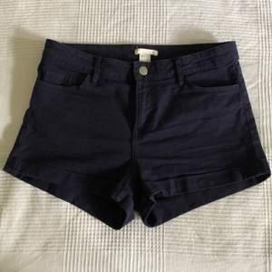 Sköna korta shorts från hm. Mörkblå med bra stretch. Strl 38/M. 85 sek inkl. frakt.