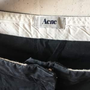 Smala kostymbyxor från Acne. Använt med bra skick, skrynkliga för de legat i en låda, strl 34. 95% bomull & 5% elastan, jättebekväma. Sydda pressväck, fickor fram och dolda fickor bak. Kommer bli superfina när de får bli strykta! Köper betalar frakt.